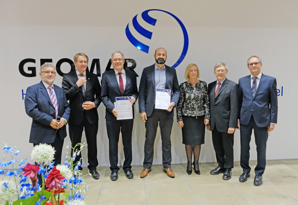 Dr. Lima de Miranda, CEO of Acquandas, and Prof. Dr.-Ing. Quandt receiving the Peterson-Innovation-Award at the GEOMAR in Kiel, May 17th 2018 From left to right: Dr. h.c. Klaus-Jürgen Wichmann (Chairman Werner Petersen Foundation), Daniel Günther (Prime Minister of Schleswig-Holstein), Prof. Quandt, Dr. Lima de Miranda, Prof. Johanna Wanka (Federal Minister of Education and Research a.D.), Dr. Christian Zöllner (Vice Chairman Werner Petersen Foundation) and Prof. Dr.-Ing. Reinhard Koch (Dean of the Faculty of Engineering, CAU Kiel)Image Ⓒ Jan Steffen, GEOMAR